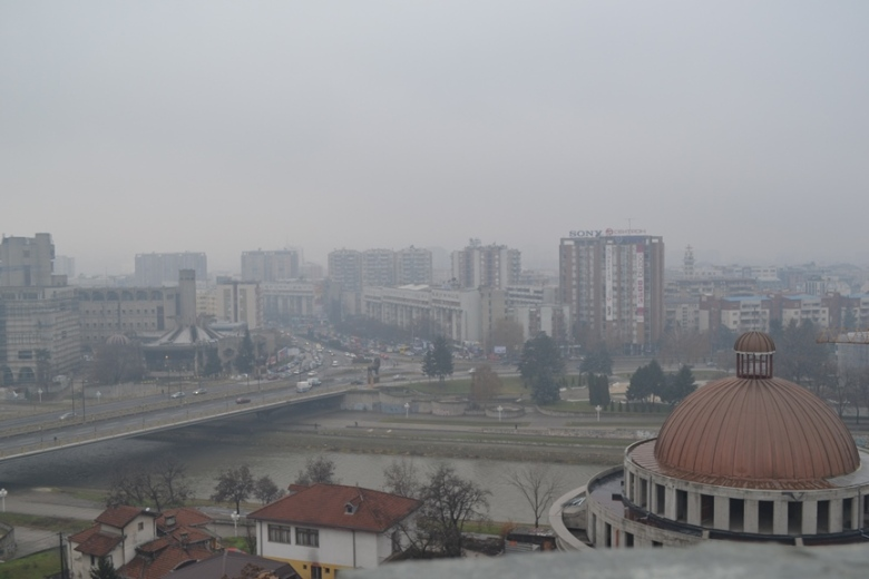 Skopje vista desde la fortaleza, a la derecha el antiguo acueducto de la ciudad