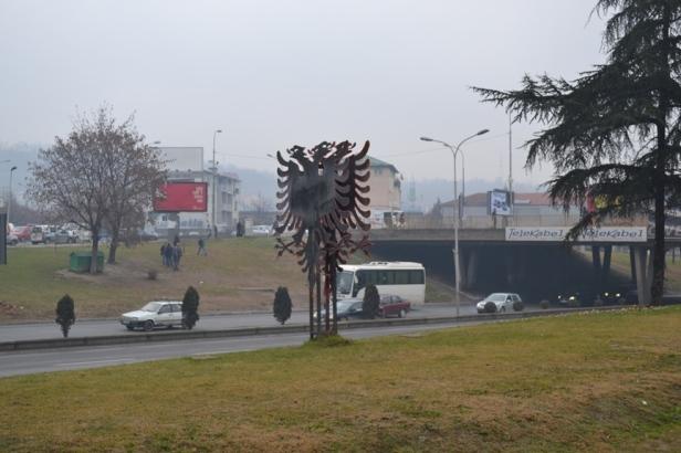 Escultura con la bandera bicéfala albanesa en las afueras del Gran Bazar de Skopje