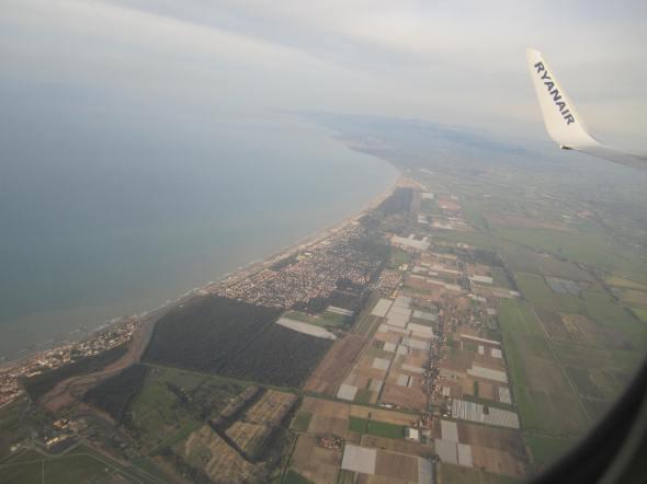 Descendiendo hacia el Aeropuerto Internacional de Fuimicino en Roma (Cortesía: Aviación y Turismo)