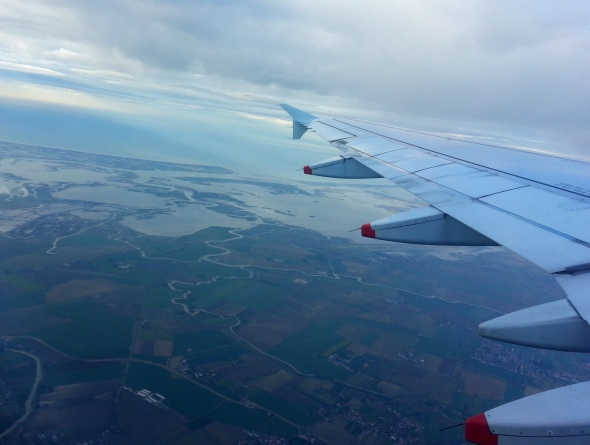 A punto de aterrizar en el Aeropuerto Internacional Marco Polo de Venecia, Italia (Cortesía: Ricardo Gutiérrez)