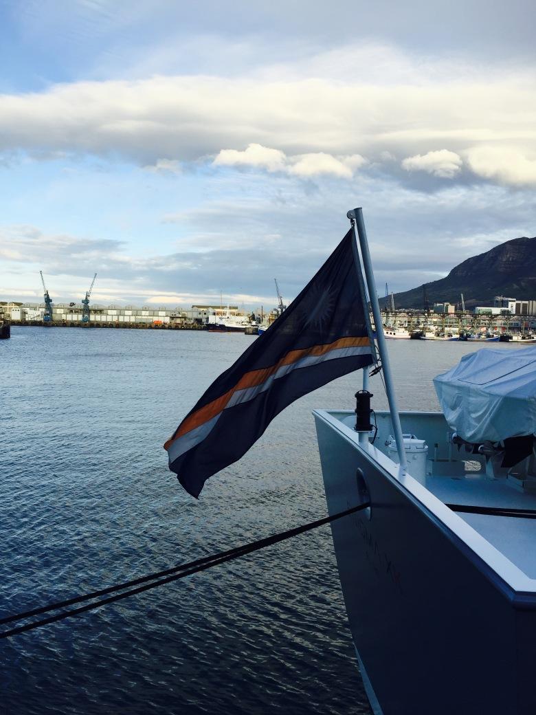Bandera de las Islas Marshall en el puerto de Ciudad del Cabo, Sudáfrica / Marshallese flag at Cape Town Harbour / Por: Blog de Banderas