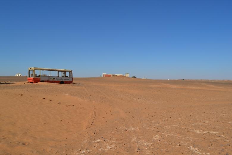 Bus español abandonado que marca la triple frontera entre el Sahara Occidental, Mauritania y Argelia