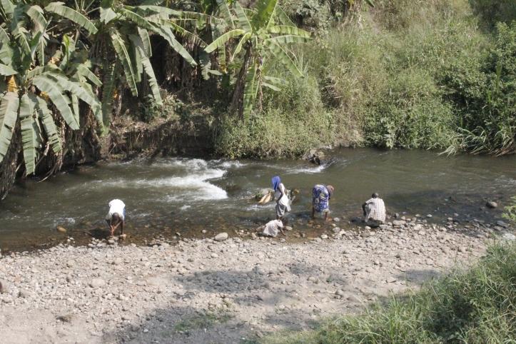 Mujeres lavando ropa en Mpondwe, frontera entre Uganda y República Democrática del Congo