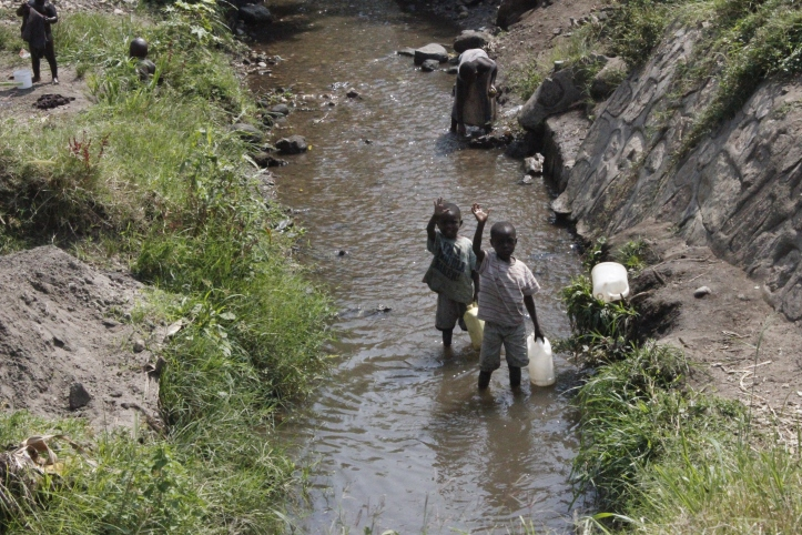 Niños lavando ropa en Mpondwe, frontera entre Uganda y República Democrática del Congo