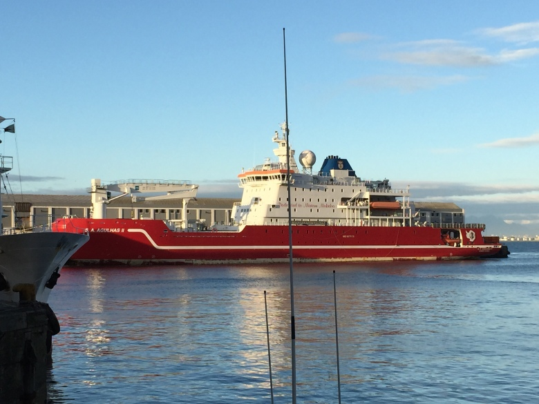 Barco Agulhas II del Programa Antártico Sudafricano en el Puerto de Ciudad del Cabo (Fuente: este humilde servidor llamado el Señor Mapache)
