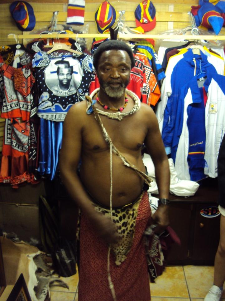 Hermano del Rey de Swazilandia en una tienda de recuerdos en Mbabane