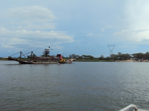 Ferry en el Río Zambeze en la confluencia de Zambia, Zimbabwe, Botswana y Namibia