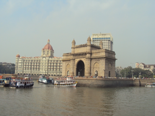 Puerta de India desde el ferry a la Isla Elefanta