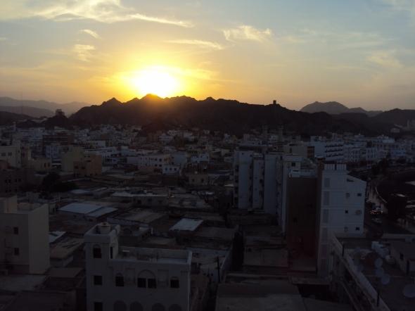 Atardecer sobre la zona de Mutrah en Mascate, Omán