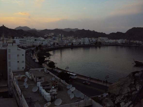 Bahía de Mutrah desde el Fuerte de Mutrah en Mascate, Omán