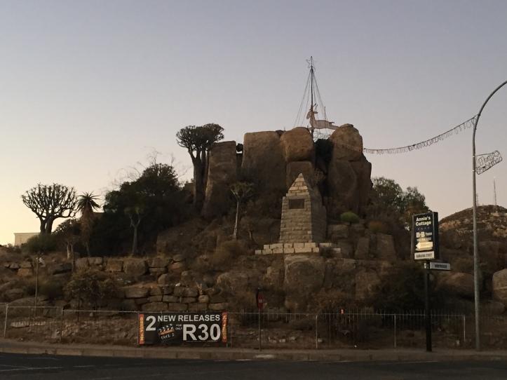 Monumento (bastante extraño, por demás) en Springbok, Sudáfrica