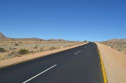Vía entre Aus y Lüderitz con el Sperrgebiet a lado y lado