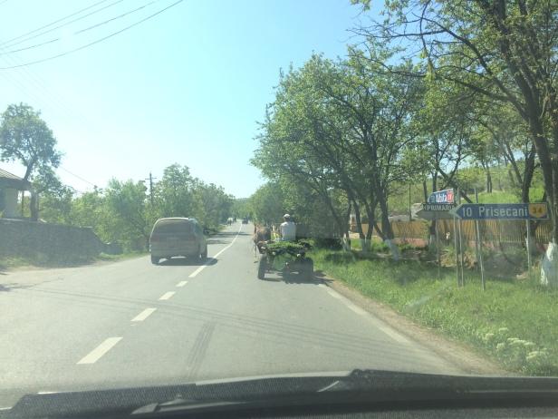 Carro cerca de la frontera entre Rumania y Moldavia