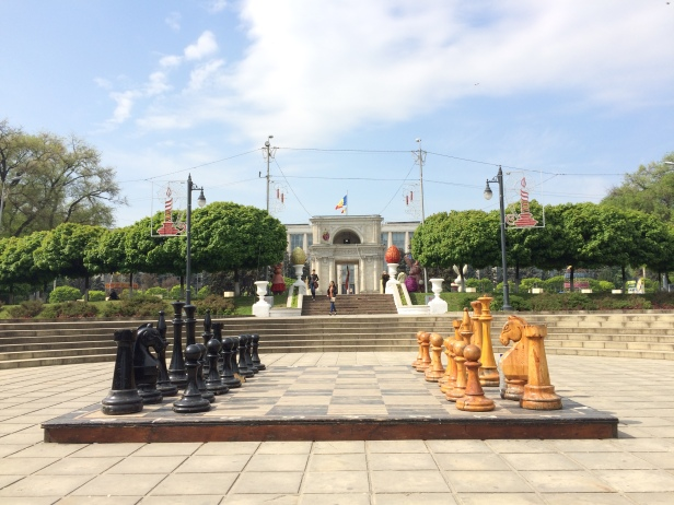 Arco del Triunfo y ajedrez gigante en Chisináu