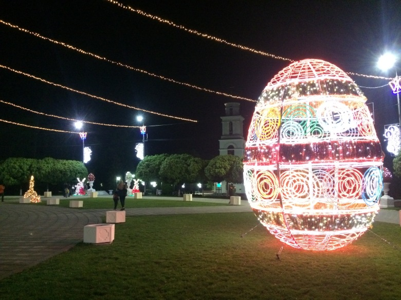 La plaza central con motivos de pascua