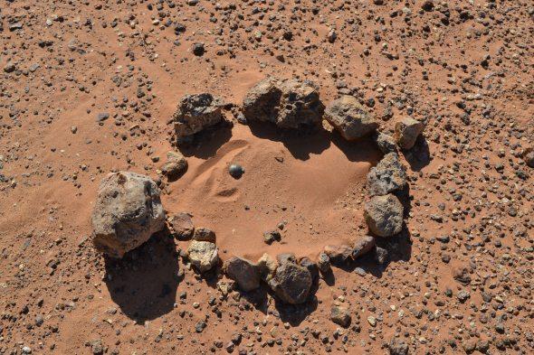 Piedras informando la presencia de minas antipersona cerca del muro de separación construido por Marruecos en el Sahara Occidental