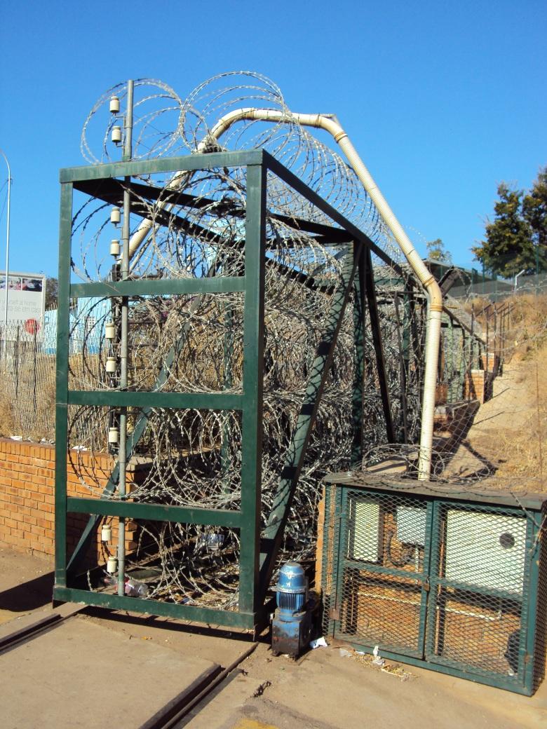 Herencias del Apartheid cuando la frontera con Mozambique era una de las mayores amenazas a la seguridad nacional de Sudáfrica... Tremendo cerco.