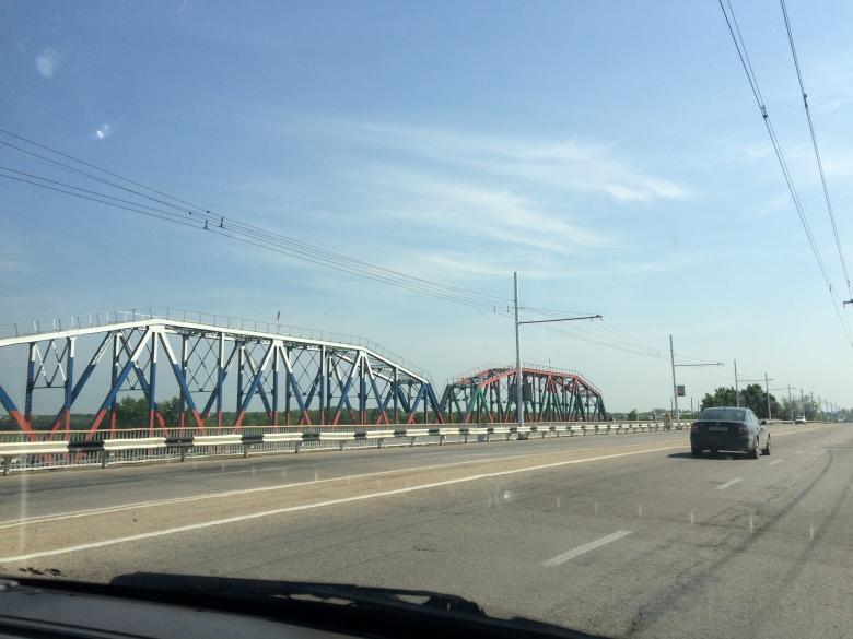 8-puente-del-ferrocarril-con-banderas-de-transnistria-y-rusia