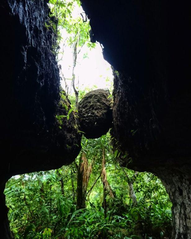 Formaciones rocosas en los túneles naturales Pelos