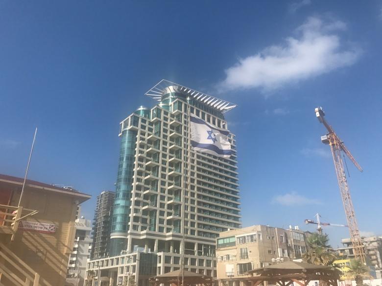 Gigantesca bandera de Israel en Tel Aviv