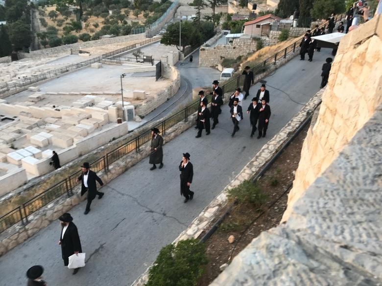 Judíos ortodoxos van a visitar el cementerio