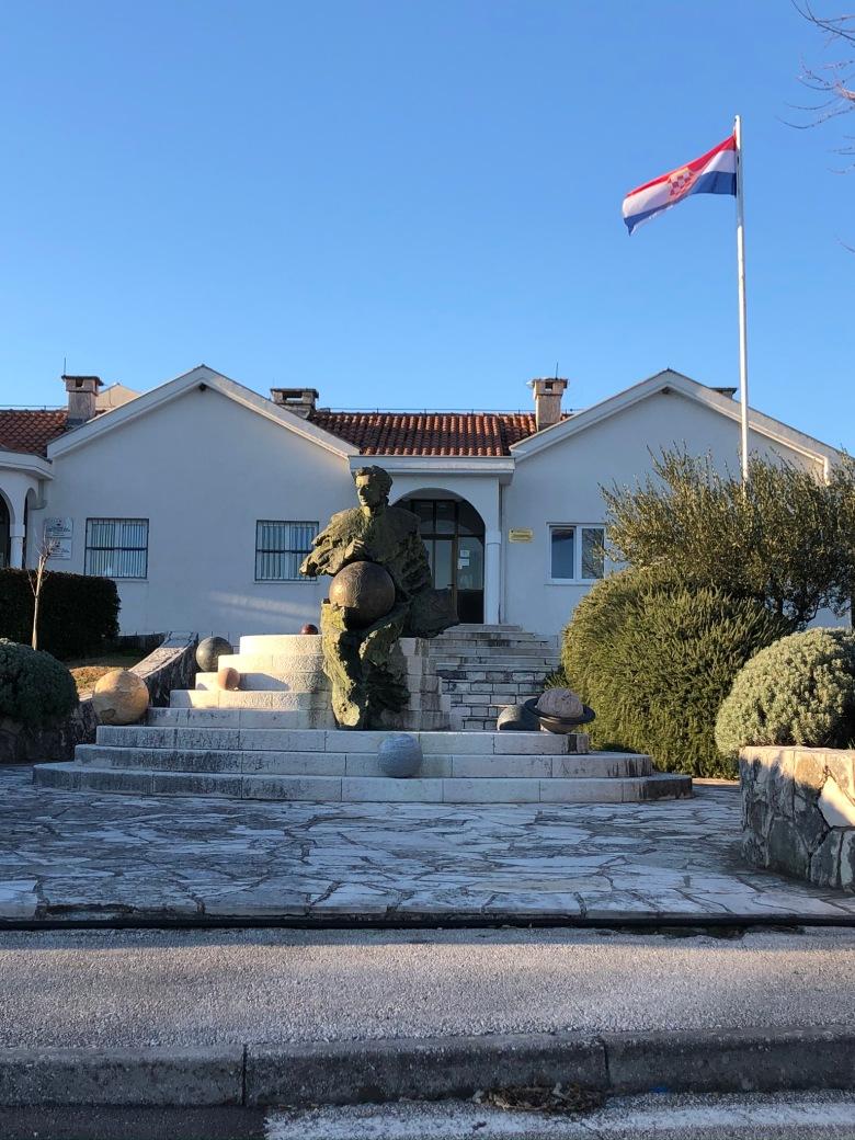 13. Bandera bosnio-croata en Ravno
