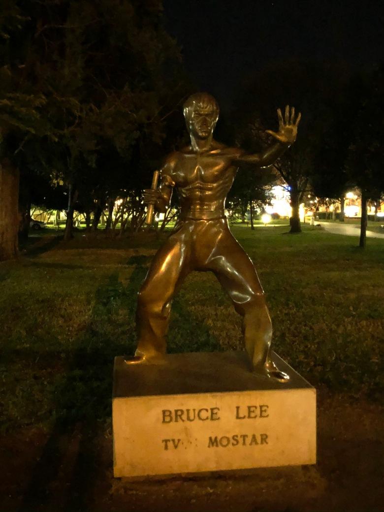32. Estatua de Bruce Lee. Móstar
