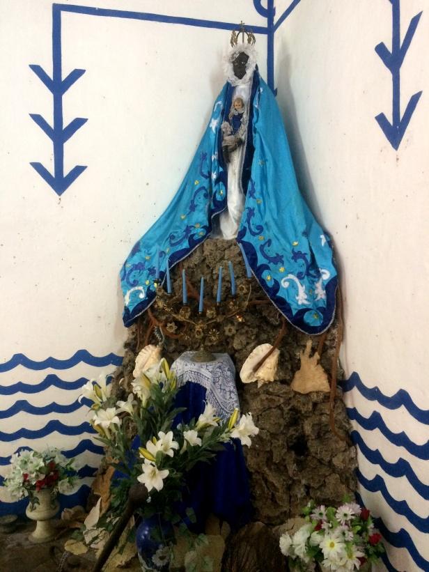 ALTAR PARA YEMAY╡ CON IMAGEN DE LA VIRGEN DE REGLA (ORICHA DEL MAR Y DE LA MATERNIDAD)